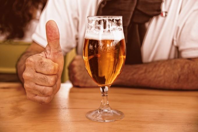 맥주에는 타닌산을 비롯해 쓴맛을 내는 성분이 꽤 들어있지만 자주 마시다 보면 어느새 쓴맛에 둔감해진다. 타닌산과 결합하는 침단백질의 농도가 높아지기 때문이다. 픽사베이 제공