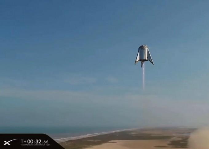 스페이스X의 차세대 우주선 ′스타십′의 시제품인 ′스타호퍼′가 제자리 이착륙 비행에 성공했다. 일론 머스크 트위터 캡처