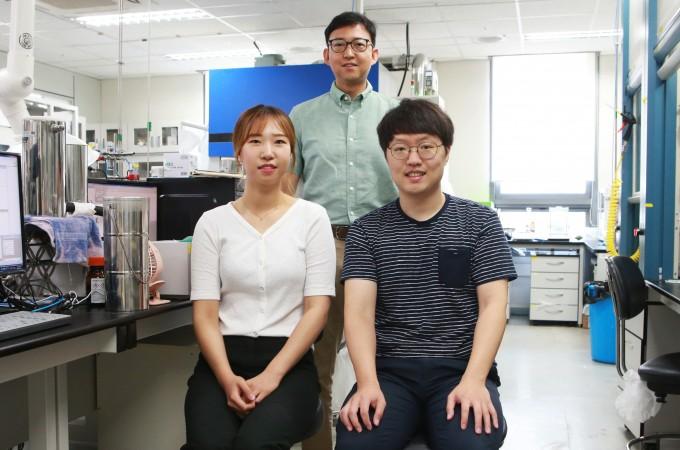 조재흥(가운데) 대구경북과학기술원(DGIST) 신물질과학전공 교수 연구팀은 알데하이드의 탈포밀화 반응을 일으키는 생체모방물질 '구리-하이드로퍼옥소 복합체'를 개발했다. 김보희(왼쪽) DGIST 박사과정생과 정동현(오른쪽) 박사과정생도 함께 연구를 참여했다. DGIST 제공