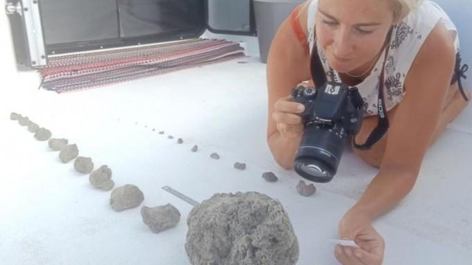 마이클 홀트와 라리사 브릴(사진) 부부가 태평양 해면에서 발견한 부석들. 구슬만 한 것부터 농구공 크기까지 다양하다. 마이클 홀트 제공