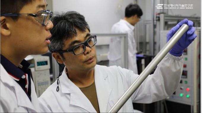 이신근 한국에너지기술연구원 에너지소재연구실 책임연구원 연구팀이 복합막 형태의 팔라듐 기반 수소 생산∙정제 기술을 개발했다. 한국에너지기술연구원 제공