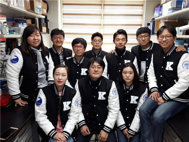 정원일 KAIST 교수(앞줄 가운데)와 연구진. 한국연구재단 제공.