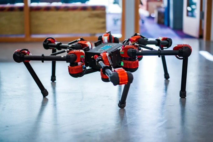 페이스북은 거미 형태의 로봇과 로봇팔이 인공지능(AI)을 통해 스스로 동작을 학습해 나가는 과정을 연구하고 있다. 페이스북 제공