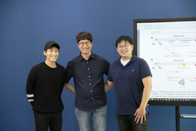 주세훈(왼쪽) UNIST 연구원, 정관영(가운데) UNIST 연구원,  황치현(오른쪽) UNIST 연구조교수도 함께 연구에 참여했다. UNIST 제공