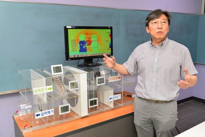 이대영 한국과학기술연구원(KIST) 국가기반기술연구본부 책임연구원 연구팀은 기존 제습과는 다른 원리를 활용해 개발한 제습 기술을 설명하고 있다. KIST 제공