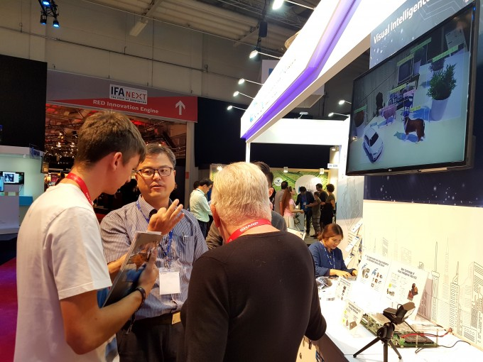 지난해 IFA 2018에서 ETRI 연구진이 시각지능 칩 기술을 설명하는 모습. ETRI 제공.