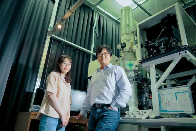 김예진 UNIST 연구원(왼쪽)와 권오훈 UNIST 교수 뒤에 있는 장치가 초고속투과전자현미경이다. UNIST 제공.