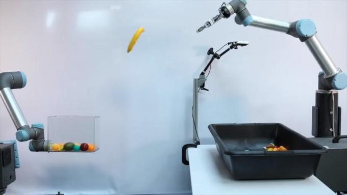 구글이 개발중인 ′토싱봇(던지는 로봇)′ 팔만 있지만 던지는 과정에 관여하는 물리학 법칙과 주변 환경의 영향 등을 인공지능(AI)을 통해 학습한다. 이를 통해 자연스럽고 정확한 동작을 스스로 취해 나간다. 구글 제공
