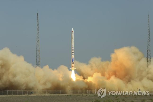 지난달 25일 중국 북서부 고비사막 주취안 위성발사센터에서 중국 민영기업 ′싱지룽야오′가 인공위성 2기를 탑재한 자체 운반로켓 솽취셴 1호를 발사하고 있다. 베이징 AP=연합뉴스