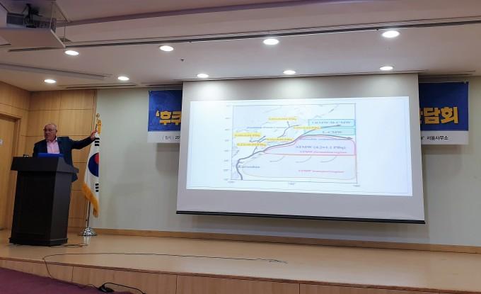 숀 버니 그린피스 독일사무소 수석 원자력전문가가 14일 국회의원회관에서 열린  '후쿠시마 오염수의 문제점과 진실' 기자간담회에서 방사성 오염수를 방류할 경우 해류를 타고 어떻게 동해와 태평양에 퍼지는지에 대해 설명하고 있다. 이정아 기자