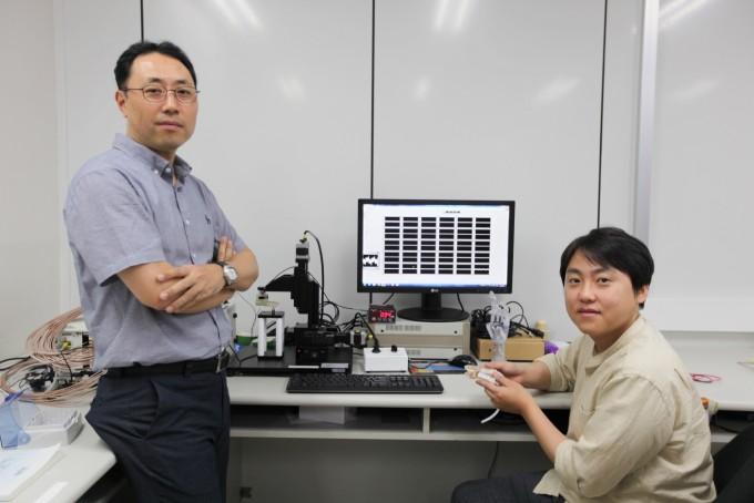 장재은 DGIST 정보통신융합전공 교수(왼쪽), 심민경 연구원이 자체 개발한 고통을 느끼는 센서를 들고 있다. DGIST 제공