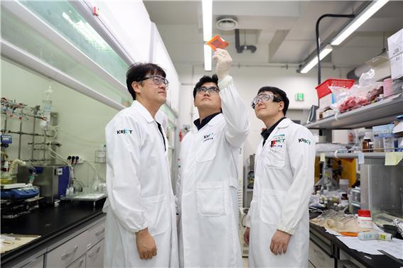 한국화학연구원 연구진이 이번에 개발한 황 기반 소재 필름을 들여다보고 있다. 왼쪽부터 김용석 박사, 이지목 박사과정 학생연구원, 김동균 박사. 화학연구원 제공.