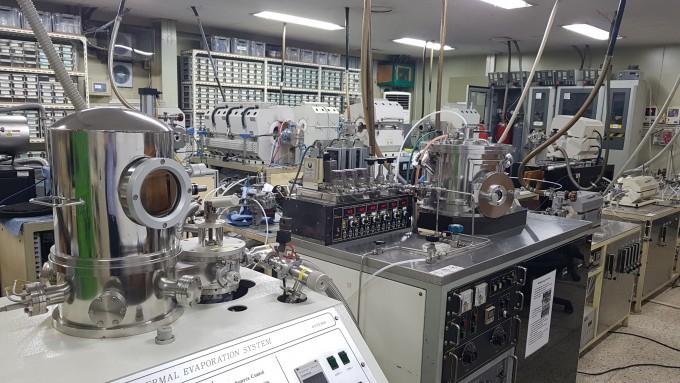 이철진 고려대 전기전자공학부 교수팀이 차세대 X선 튜브를 개발한 연구실엔 1998년 국내 최초로 탄소나노튜브를 수직배향(수직으로 합성)시킨 시료부터 당시 사용한 장비 등이 고스란히 남아 있다. 이철진 교수 제공