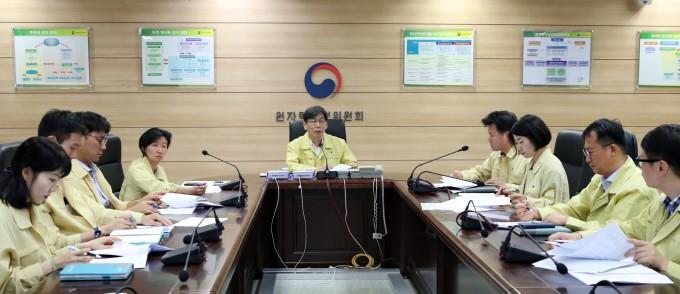 엄재식 원자력안전위원회 위원장은 6일 북상하고 있는 태풍 프란시스코와 관련해 원자력시설에 대한 대비태세를 점검하는 긴급상황점검회의를 하고 있다. 원안위 제공.