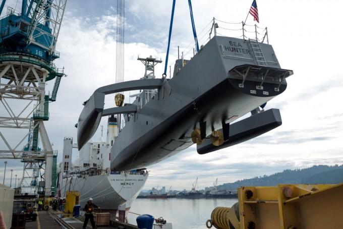 해상시험을 벌이기 위해 일반에 공개된 무인선 ′시헌터′호. DARPA