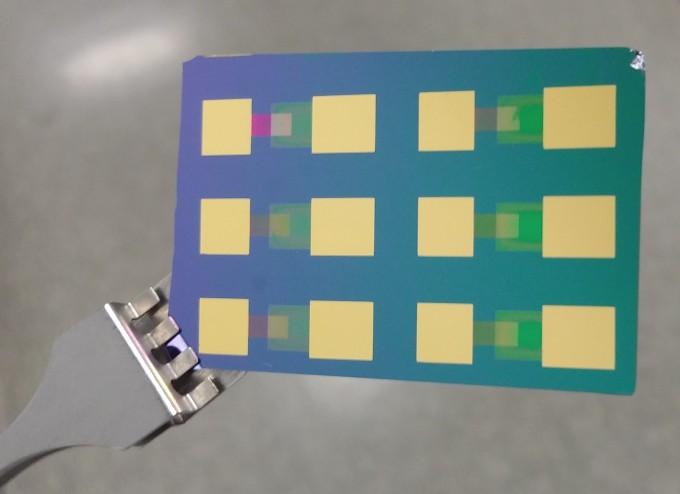 연구팀이 개발한 페로브스카이트 핫전자 태양전지의 모습이다. IBS 제공