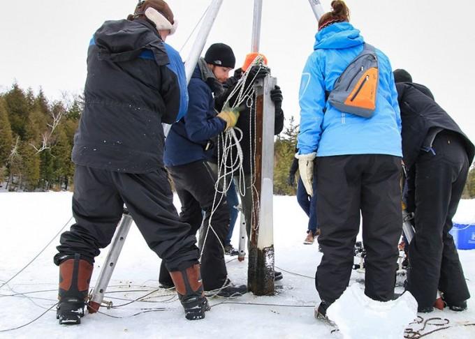 영국 레스터대 연구팀이 캐나다 온타리오주에 있는 크로포드 호수 밑바닥에서 퇴적물 코어를 뽑아 인류세의 흔적을 찾는 연구를 하고 있다. 크로포드 호수는 깊이가 22m로 깊고 진흙층이 두터워 인간 활동으로 인한 결과물이 1000년 동안 고스란히 쌓여 있다. 팀 패터슨 제공.