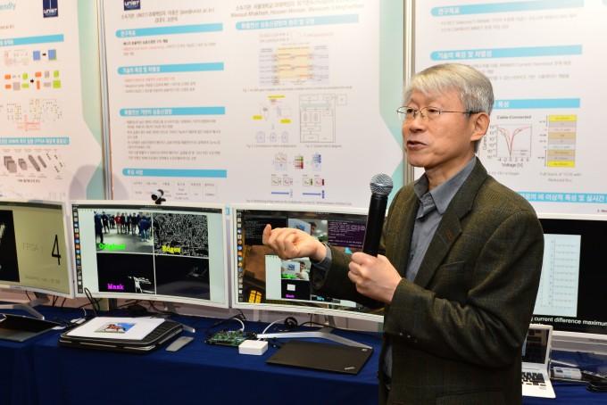 최기영 교수는 반도체 분야 석학으로 최근에는 뉴로모픽 칩 등 AI 반도체 연구개발에 주력해왔다. 사진은 지난해 11월 한국과학기술연구원(KIST)에서 열린 과학기자세미나에서 최 후보자가 뉴로모픽 칩에 대해 설명하는 모습이다. KIST 제공