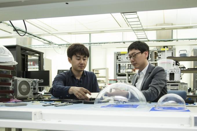 ETRI 연구진이 에이알텍과 광통신 모듈 제작 공정관리 기술을 지원하고 있다. ETRI 제공.