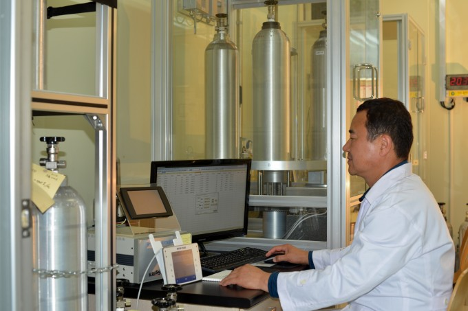 한국표준과학연구원은 일본 수출규제 대응을 위한 컨트롤타워를 구축하고 대응에 나선다고 8일 밝혔다. 표준연 가스분석표준센터 연구진이 '표준가스 제조용 전자동 무게 측정기술'을 통해 가스의 질량을 측정하고 있다. 한국표준과학연구원 제공
