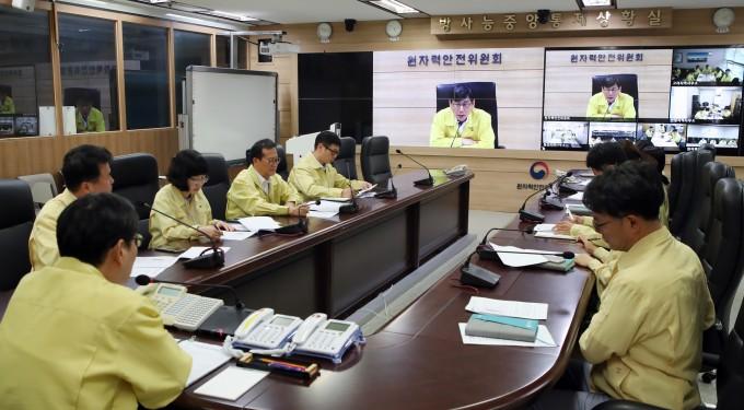 엄재식 원자력안전위원회 위원장이 이달 4일 북상하고 있는 태풍 ′링링′에 대비해 4개 지역사무소와 긴급 상황점검회의를 하고 있다. 원자력안전위원회 제공