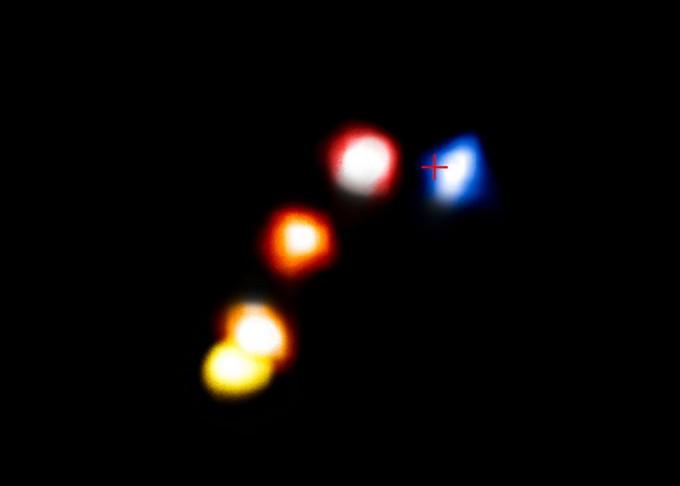 정체불명의 먼지 천체 G2가 2006~2014년 사수자리A별에 근접한 결과를 보여준다. 붉은색은 지구에서 멀어져가는 모습이고 푸른색은 가까워지는 모습이다. 십자(+) 위치에 사수자리A별이 있다. 2014년 사수자리A별에 최근접했다 방향을 바꾸는 모습이 찍혀 있다. ESO 제공