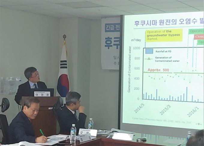 이정윤 원자력안전과미래 대표가 후쿠시마 원전 오염수의 예상 문제와 대응 방안에 대해 발제하고 있다. 조승한 기자 shinjsh@donga.com