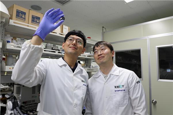 한승주 한국화학연구원 연구원(왼쪽)과 김용태 연구원이 비산화 메탄 직전 전환 기술에 쓰이는 단원자 철 촉매를 들여다보고 있다. 한국화학연구원 제공.