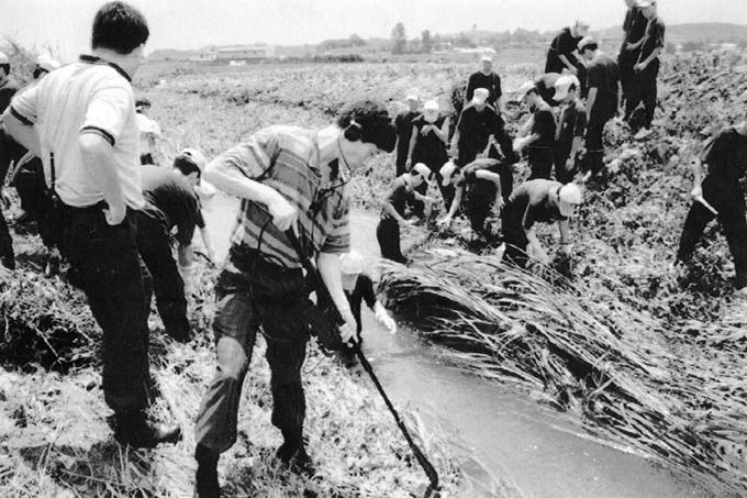 1993년 7월 화성연쇄살인사건 수사본부가 화성군 정남면 관항리 인근 농수로에서 유류품을 찾고 있는 모습. 연합뉴스