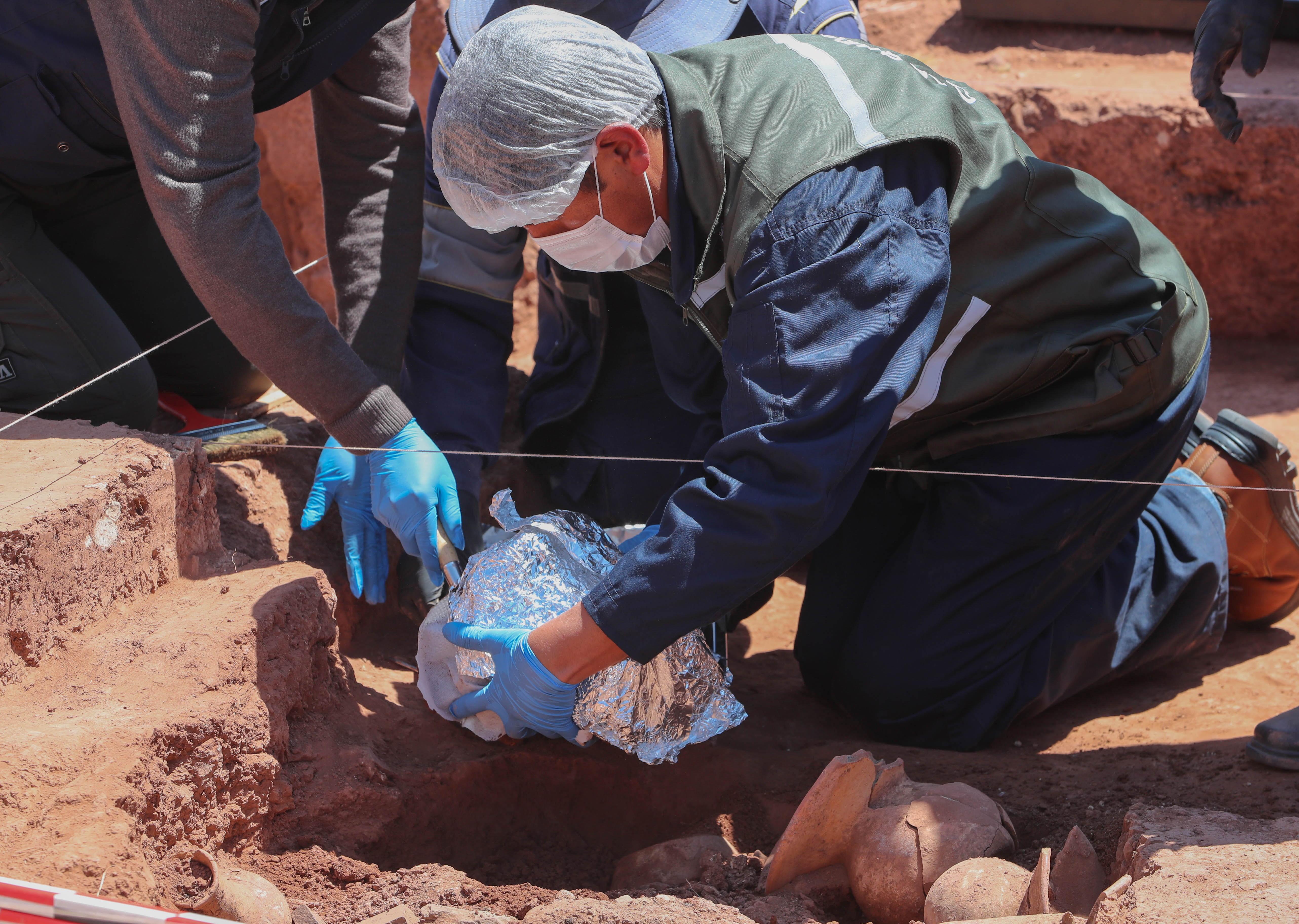 고고학자가 조심스럽게 유물을 발굴하고 있다. EPA/연합뉴스 제공