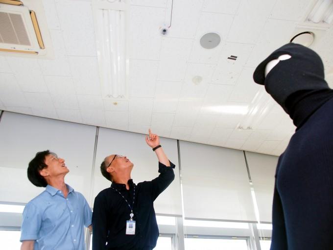 박강호 ETRI 지능형센서연구실 책임연구원(왼쪽)과 이주철 시큐웍스 대표가 대전 유성구 ETRI 융합기술연구생산센터 회의실에 설치된 음장센서를 살펴보고 있다. 오른쪽 아래 마네킹이 좌우로 움직이자 곧바로 침입 경보 경보가 발령됐다. 대전=윤신영 기자