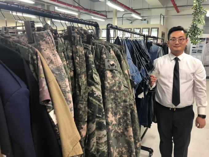 진의규 TFJ글로벌 대표가 일반 의류에 발수 처리한 다양한 의류제품을 선보이고 있다. 김민수 기자.