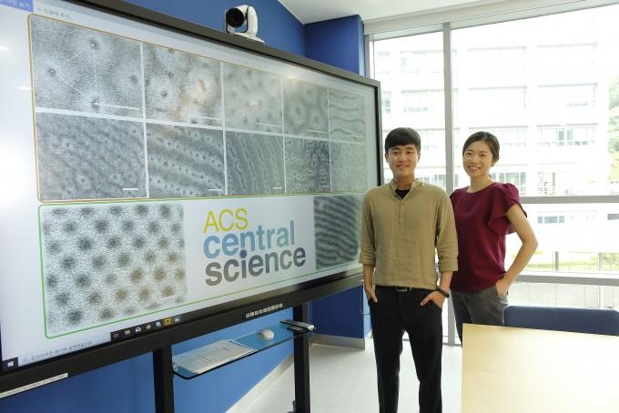 김소연(오른쪽) 울산과학기술원(UNIST) 에너지및화학공학부 교수 연구팀이 블록 공중합체의 박막 내 흡착층을 조절해 복잡한 나노 패턴을 대면적으로 제조하는 방법을 개발했다. 왼쪽은 제1저자로 함께 연구에 참여한 김동협 박사과정생이다. UNIST 제공
