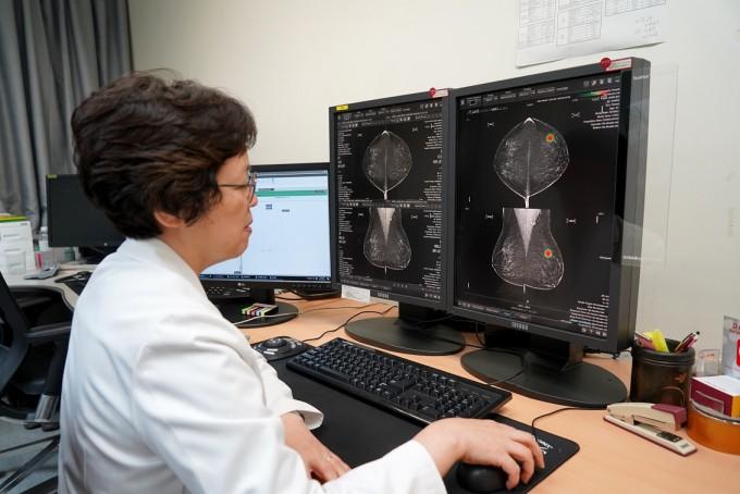 김은경 연세대 의대 영상의학과 교수가 ′루닛 인사이트 MMG′를 활용해 유방암 판독을 하고 있다. 이 AI는 유방 X선 촬영 영상에서 유방암으로 의심되는 부위를 색상으로 표기해 보여준다. 루닛 제공