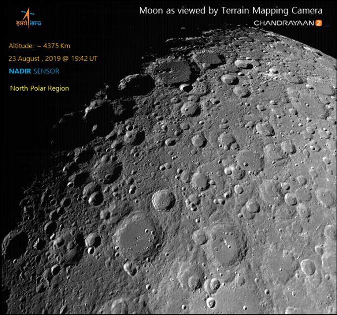 찬드라얀 2호가 보내온 달 북극의 표면 사진이다. 인도우주연구기구(ISRO) 제공