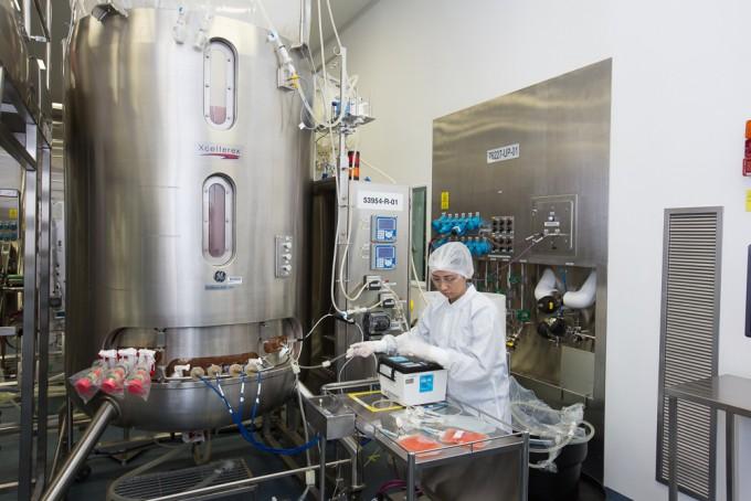싱가포르에 지어진 암젠 차세대 바이오 생산 시설의 모습. 단일사용시스템(Single-Use system)을 적용해 스테인리스 탱크 안에 비닐 장치를 씌우고 빠르게 생산하는 약의 종류를 바꿀 수 있다는 장점이 있다. AMGEN 제공