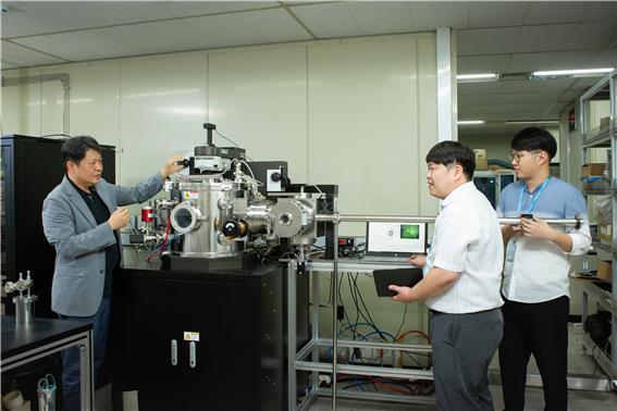 허훈 수석연구원(왼쪽) 연구팀이 장비를 점검하고 있다. 생기원 제공.