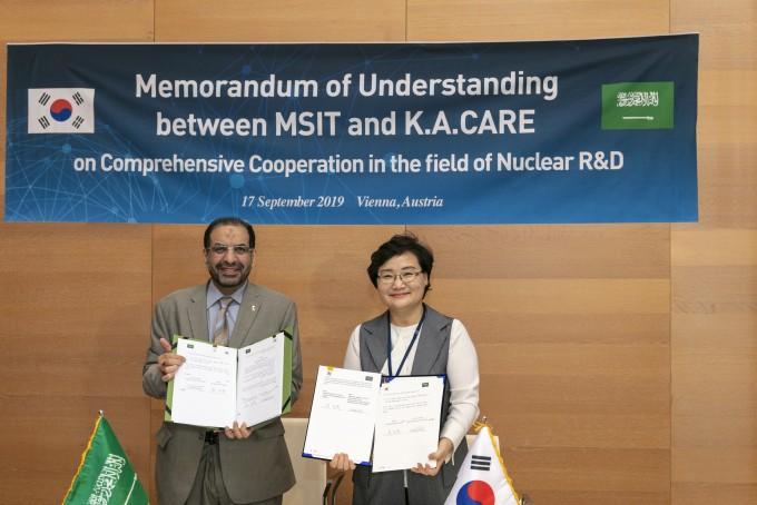 과학기술정보통신부는 17일(현지시각) 오스트리아 빈 국제원자력기수(IAEA) 정기 총회에서 사우디 왕립 원자력신재생에너지원과 '한-사우디 포괄적 원자력 연구개발 협력 업무협약(MOU)'와 '한-사우디 원자력 공동연구센터 설립 및 운영에 관한 협약'을 체결했다. 과기정통부 제공