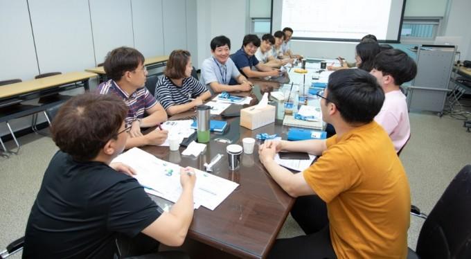이만식 본부장이 직원들과 회의를 하고 있다. 동아사이언스DB