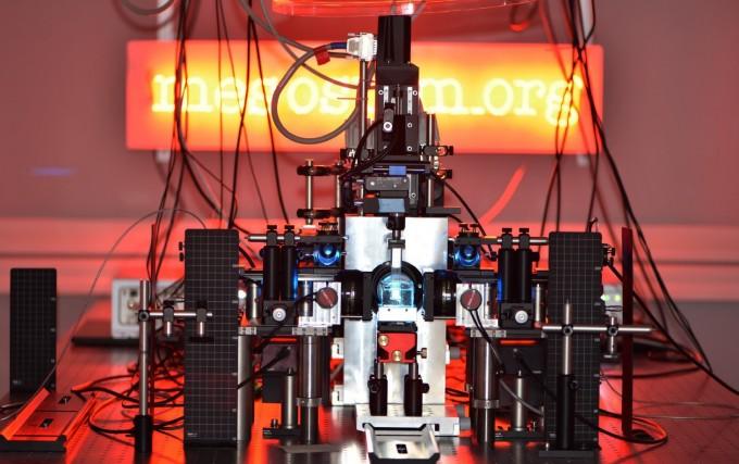 스위스 비스 센터에 설치한 메조스핌 현미경. 샘플을 손상하지 않고도 3차원 내부를 관찰할 수 있다. 스테판 파제스 제공