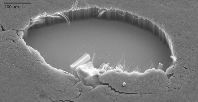 밴타블랙의 전자현미경 사진으로 알루미늄 표면(가운데 노출돼 있다) 위에 수십 마이크로미터 길이의 탄소나노튜브가 빽빽이 심어진 형태다. 앞쪽에 떨어진 탄소나노튜브 덩어리가 꼭 담배 필터를 헤집어놓은 것 같다. 서리나노시스템스 제공