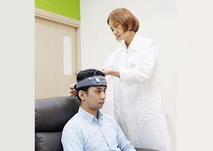 집에서도 전기자극 치료.. 초기 알츠하이머 치매 완화에 도움