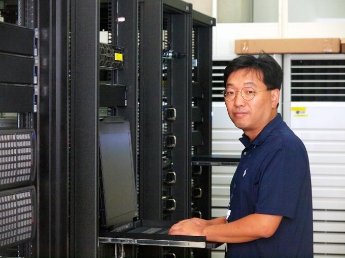 박종열 ETRI 인공지능연구소 시각지능연구실장이 ETRI 컴퓨터 앞에서 자세를 취했다. 대전=윤신영 기자