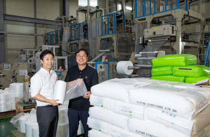구본욱 지능형청정소재그룹 수석연구원(왼쪽)과 한승길 에코매스 대표가 인천 소재 에코매스 본사 공장에서 친환경 포장재를 들어보이고 있다. 동아사이언스DB
