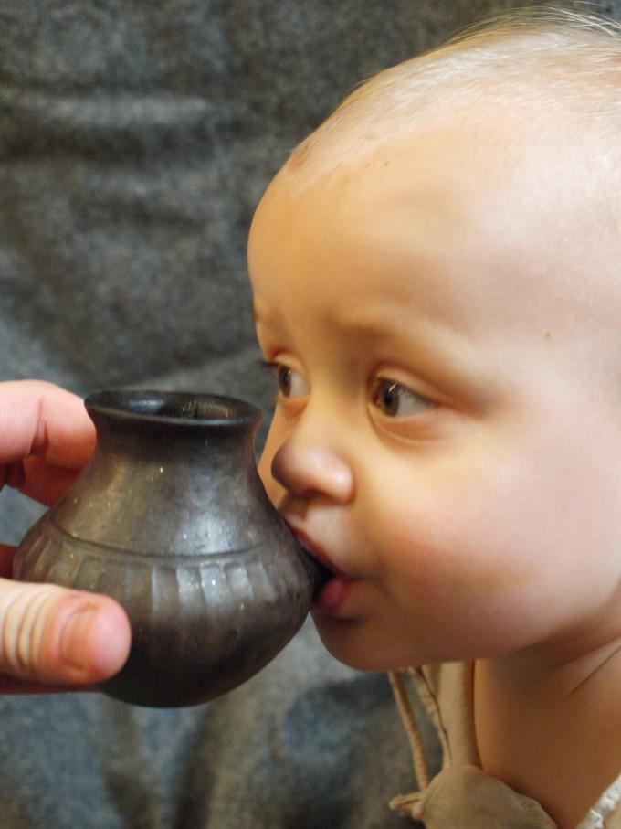 고대 아기 젖병을 아기가 먹는 시범을 보이고 있다. 청동기~철기 시대에 아기들은 이렇게 우유나 젖을 먹었을 것이다. 네이처 제공