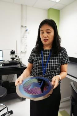 박미경 대표_8월 26일, 싱가포르 과학기술청 IME에서  박미경 대표가 원바이오메드에서 개발중인 칩을 들어 설명해보이고 있다. 신수빈 기자
