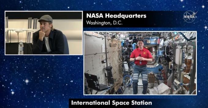 새로 개봉하는 영화 ′애드 아스트라′에서 우주비행사 역을 맡은 할리우드 배우 브래드 피트(왼쪽)가 이달 17일 미국 워싱턴 미국항공우주국(NASA) 본부에서 실제 국제우주정거장(ISS) 우주비행사인 닉 헤이그와 통화하고 있다. NASA 유튜브 캡처