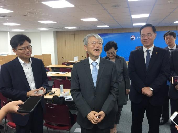 최기영 과기정통부 장관이 10일 취임식 직후 기자실에서 기자들과 만나 소감을 이야기하고 있다. 세종=윤신영 기자