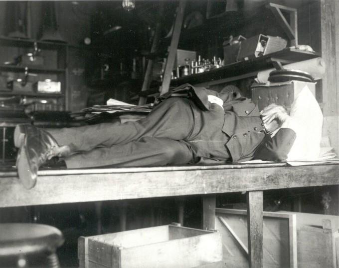 하루 18시간을 실험실에서 보내는 일중독자였던 토머스 에디슨의 눈에는 대다수 사람들이 게으름뱅이로 보였을지도 모른다. 그가 평생 초인적인 생활을 유지하며 1000여 가지 발명을 할 수 있었던 건 짧은 수면으로도 피로가 회복되는 체질 때문이 아니었을까. 여기에 실험대 위에서 잠깐씩 눈을 붙이는 습관도 도움이 됐을 것이다. 1911년 64세 때의 모습이다.