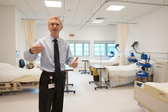 8월 29일 방문한 릴리 임상약학센터 내부의 모습. 로난 켈리 연구소장이 임상약학센터를 소개하고 있다. 신수빈 기자